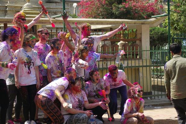 Eine Gruppe von Touristen beim Gruppenfoto