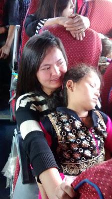 Christie hat während der ganzen Fahrt Plastiktüten gebraucht, jetzt schläft sie erschöpft