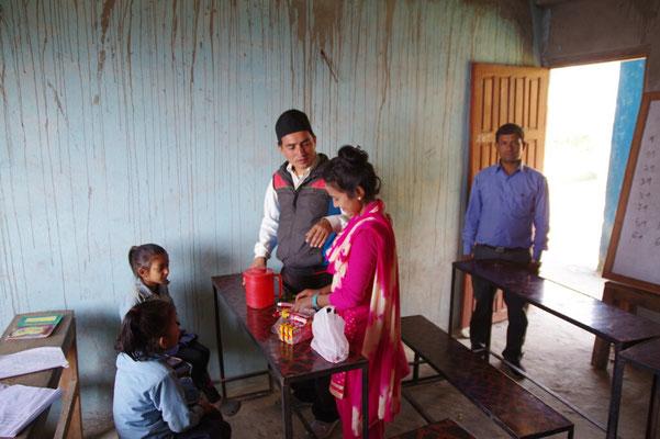 Khanj und Prem unterweisen die Kinder, der Chef schaut zu