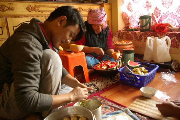 Gemüse schneiden und Momos wickeln für das Mittagessen