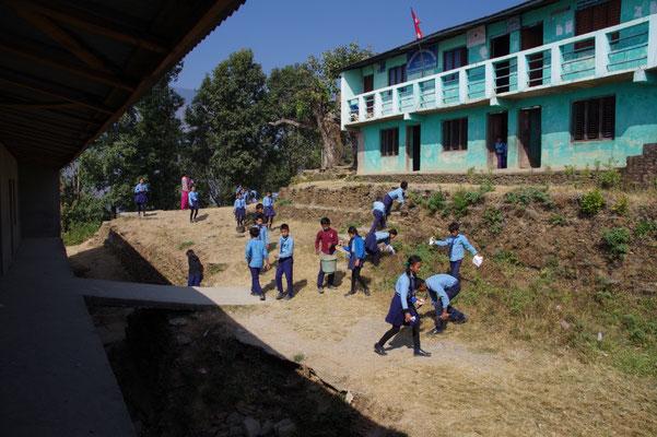 Klasse 6 beginnt mit der Aktion vor dem Schulhaus