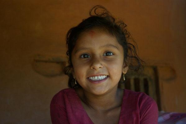 Elina, ein fröhliches Mädchen aus der Nachbarschaft