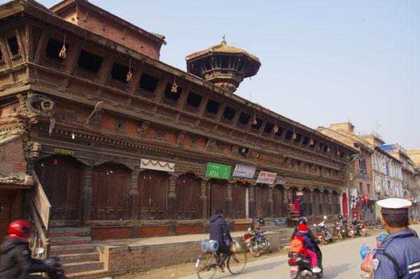 Ein Holzgebaeude am Rande des Durbar Square