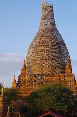 Mit Bambusstangen kunstvoll eingerüsteter Stupa