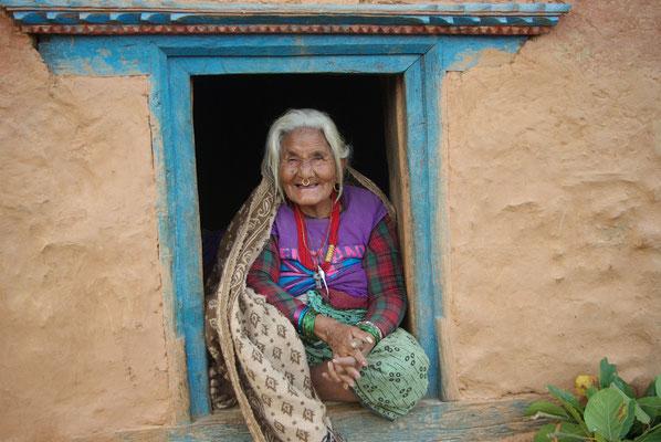 Aamaa (Oma, 95 Jahre) genießt die Sonne im Fenster sitzend.