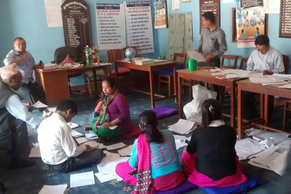 Die Lehrer bereiten die Blätter fuer die Prüfung vor