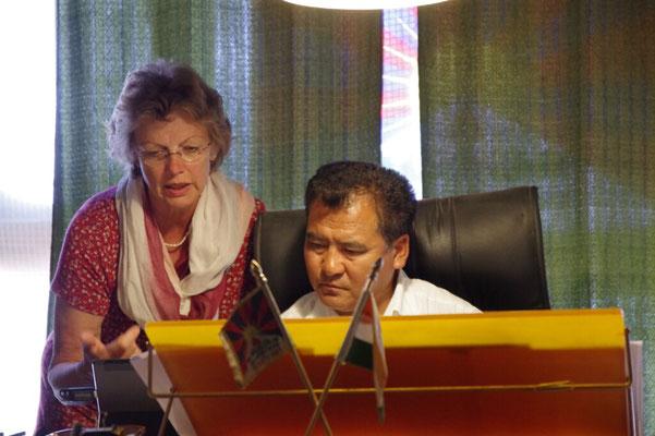 Gisa zeigt dem Chief Representative Bilder der Schule Hilden