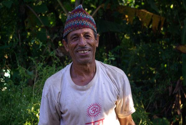 Freundlicher Nachbar, Lehrer i. R., bei der Gartenarbeit