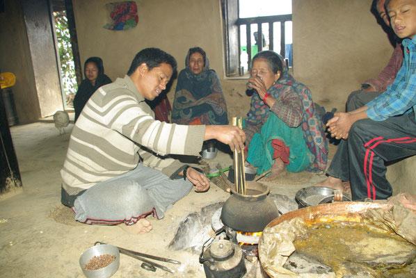 Uper Sing macht Nepali-Popcorn.