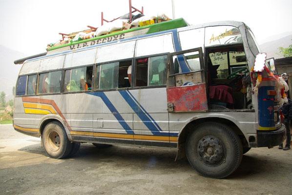 Der Bus nach Bhimkhori - man beachte die Spuren unter den Fenstern