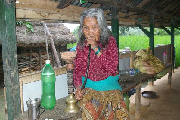 Oma raucht mit 84 noch gerne eine dicke Pfeife