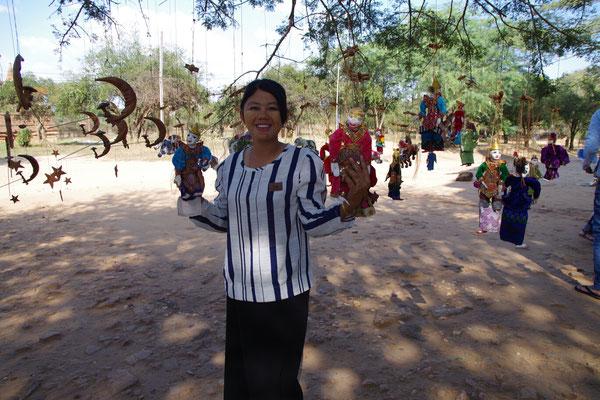 Susana mit den typischen burmesischen Marionetten