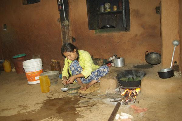 Sushila, vierte Klasse, bereitet morgens um sieben das Mittagessen vor.