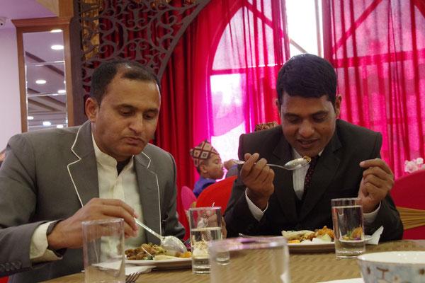 Ramesh und Sabin lassen es sich schmecken