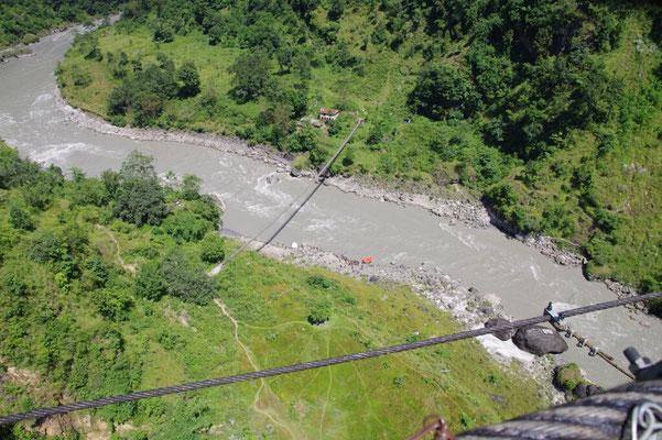Diese Hhaengebruecke ist angeblich 347 m hoch und 156 m lang