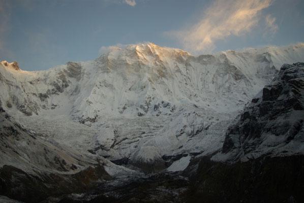 Die ersten Sonnenstrahlen treffen den Gipfel von Annapurna-Süd.
