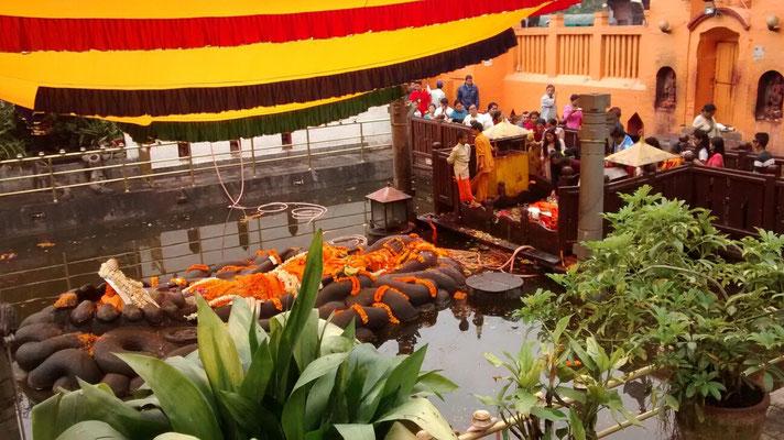 Budhanilkantha, die große Vishnustatue liegt im Wasser