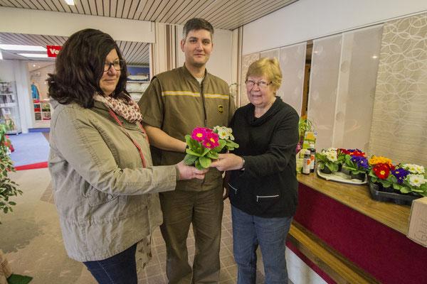 Kundin Kerstin Schiemann (links) und Ronny von UPS freuten sich über die frühlingshafte Geste