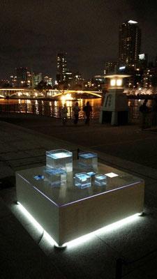 「再会」 夜の展示風景 @天満橋 川の駅はちけんや