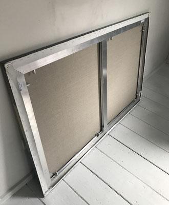 Achterzijde Aluminium en houten rand onder linnen