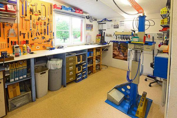 Zwei modern eingerichtete Werkstätten im Veloatelier Wimmis bei Spiez