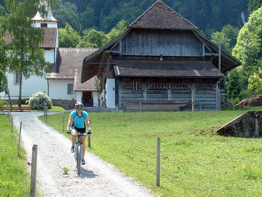 Mit dem E-Bike unterwegs auf der Stockental Route: bei der Kirche Blumenstein