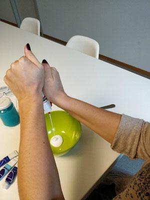 Erster Schritt: Klebstoff dosieren TeenEvent - Erlebnisgeschenke für Teenager