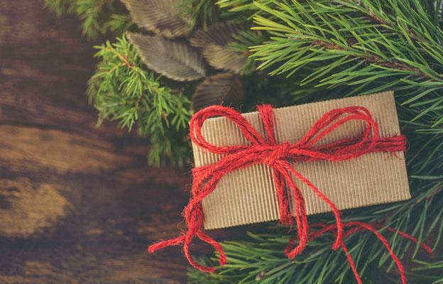 ein Geschenk unterm Weihnachtsbaum