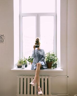 Mädchen auf Fensterbrett