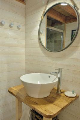 Douche de plein pied et grande vasque avec espace de rangement dessous à la cabane haut charmes en Dordogne © Michel Blot