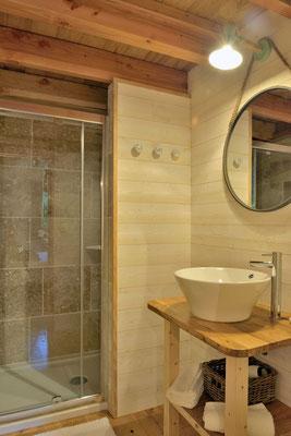 Salle de bain moderne et fonctionnelle à la cabane haut charmes en Dordogne © Michel Blot