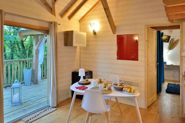 La cabane haut charmes en Dordogne, un espace à vivre unique ouvert sur la nature © Michel Blot