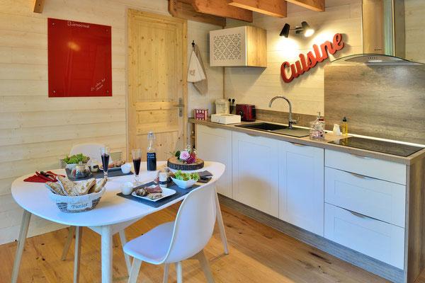 Espace cuisine fonctionnel à la cabane haut charmes en Dordogne © Michel Blot