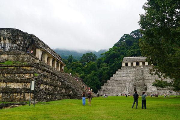 Sicht auf den Tempel der Inschriften und den Palast