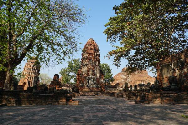 Prang und Buddhastatue, Wat Mahathat Ayutthaya