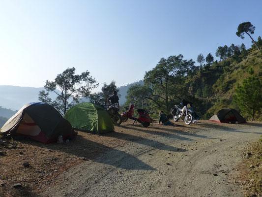 wildes Camping neben einer Strasse