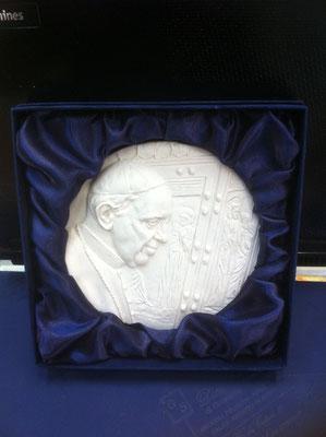 9g- Medaglione del Giubileo in polvere di marmo da appendere o da poggiare con Papa Francesco e la Porta Santa