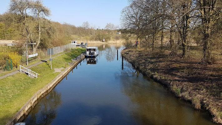 Hausboot mieten in Brandenburg. Wartestelle Schleuse Marienthal.