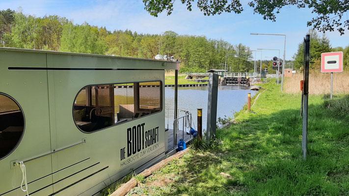 Hausboot mieten in Brandenburg. An der Schleuse Schorfheide