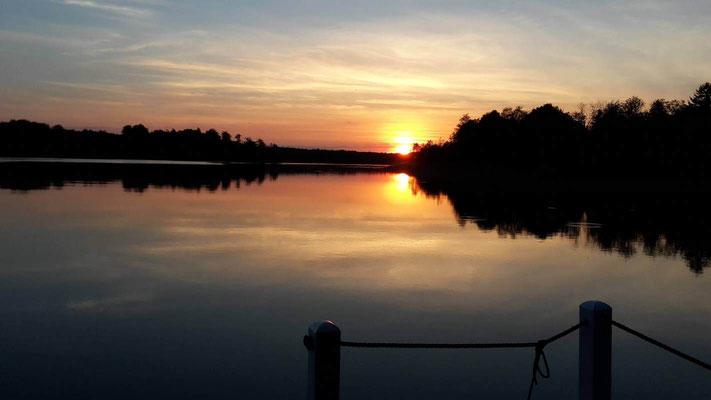 Hausboot mieten in Brandenburg. Wunderschöne Sonnenuntergänge beim Hausbooturlaub in Brandenburg.
