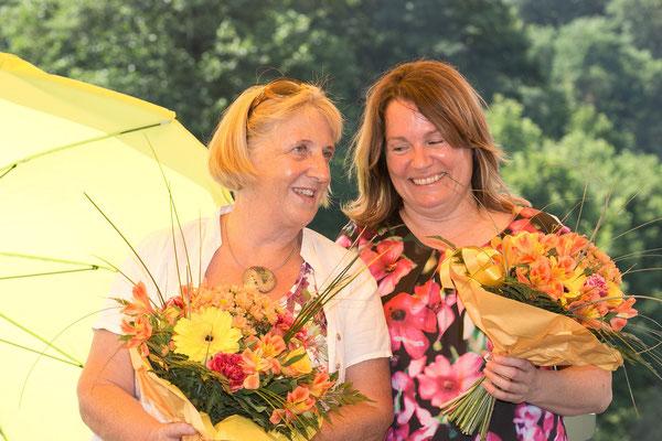 Christa Uhl und Claudia Hölbling, die das Fest organisatorisch unterstützten, freuen sich über den schönen Blumengruß