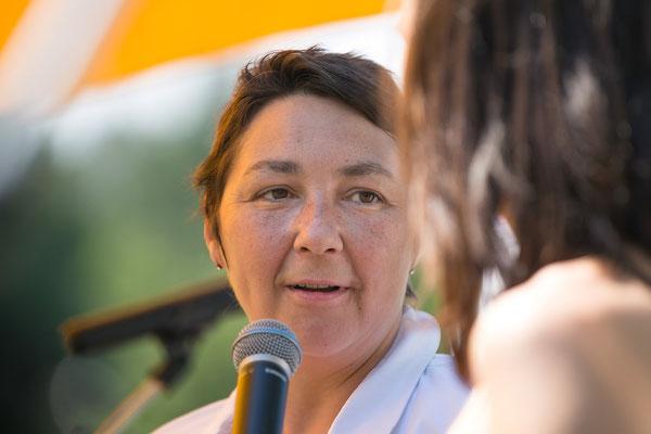"""Kathrin Partl, pädagogische Geschäftsführerin von B3-Netzwerk erklärt, was mit dem Motto """"Segel hissen"""" zum Ausdruck gebracht werden soll"""