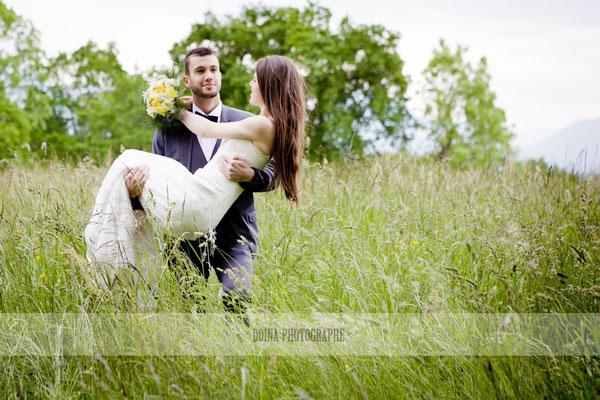emmanuelle-gervy-mariage-boho-champetre-mariee-dans-les-bras-broderie-dentelle-annecy