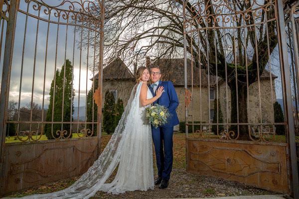 mariage-chic-chateau-morgenex-robe-de-mariee-voile-cape-dentelle-emmanuelle-gervy