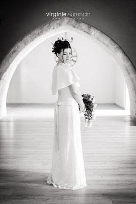 robe-de-mariée-taille-basse-crêpe-satin-dentelle-calais-cape-grenoble