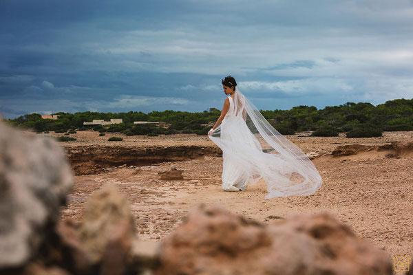 Inspiration-mariage-bord-méditerranée-formentera-robe-de-mariee-sur-mesure-dentelle-calais-emmanuelle-gervy