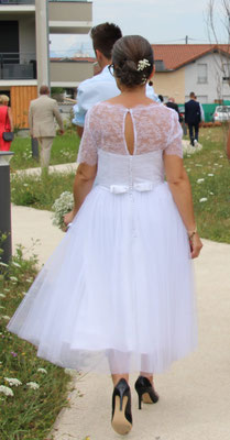 robe-de-mariée-courte-gros-plan-dos-dentelle-fermeture-boutons-recouverts-tissus-noeud-satin-emmanuelle-gervy