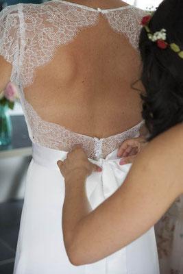 robe-de-mariée-grenoble-dos-finition-dentelle-de-calais-caudry-jean-bracq-fleurs-blanches-emmanuelle-gervy