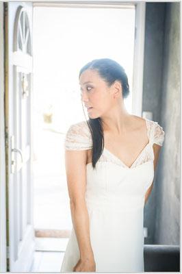 robe-de-mariée-unique-bustier-découpe-empire-manches-dentelle-de-calais-plissées-sur-mesure-emmanuelle-gervy