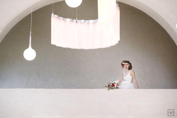 emmanuelle-gervy-robe-de-mariee-courte-assise-dentelle-champetre-lumineux-couvent-des-carmes-balcon